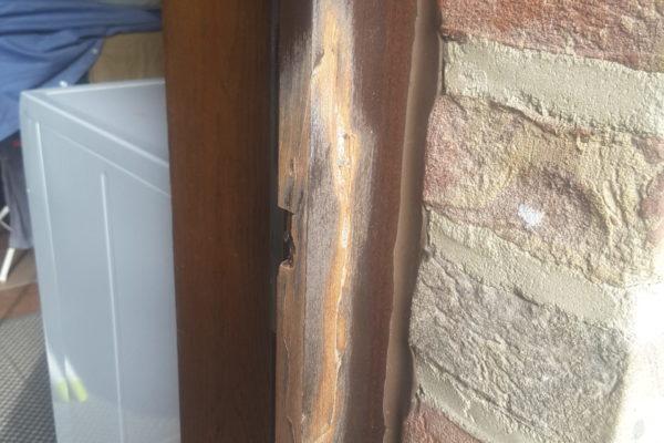 Beschadigd houten kozijn