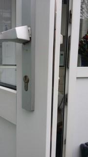 Reparatie van een kunststof deur met inbraakschade