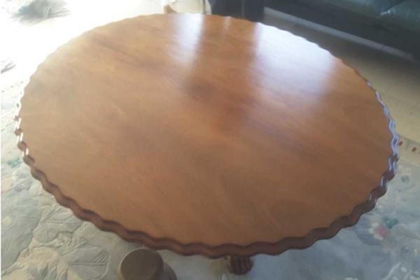 Gerepareerde houten tafel