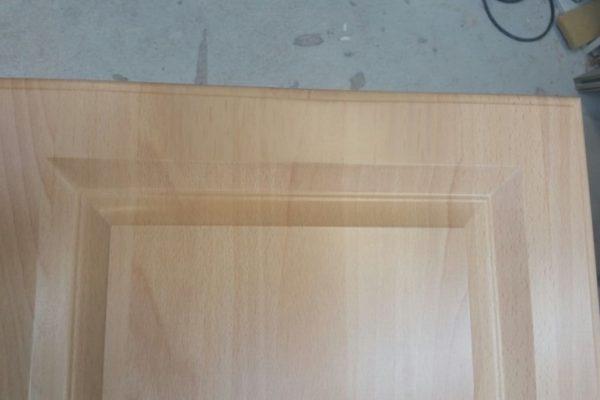 Gerepareerde keukenfront van keukenkastje