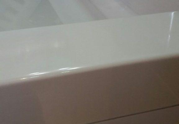 Gerepareerde wasbak in de badkamer