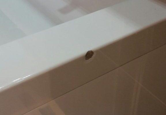 Beschadigde wasbak voor reparatie